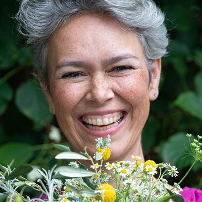 Stephanie hält Blumen in der Hand. Lebensmittel gegen Krebs